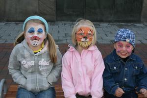 Mina underbara barn på barnfestivalen. Tålmodigt väntade de 70min utan gnäll för sina ansiktsmålningar. Tindra söt, rar kanin, Ängla tuff, cool tiger och Neo glad rosa fjäri; mina barns personligheter i ett nötskal :-)