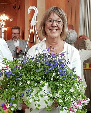 Anette Sund, Tunakörens nya körledare under vårterminen, fick välförtjänta blommor i samband med pingstaftonens konsert med Tuna-Torsångskören i Stora Tuna kyrka.