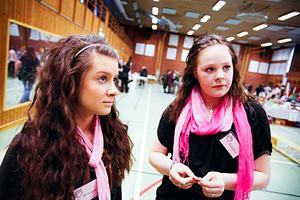 Rebecca Ernkvist och Sandra Nordmark går i tjejgruppen på skolan i Lit som arrangerar mässan.
