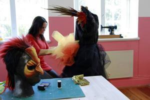 Petra Shara Stoor skapar en eldfågel av tyll, fjädrar och en spännande mask av foam-latex.
