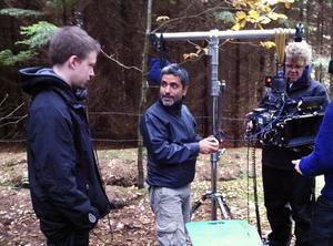 Regissören Daniel Espinosa och en kameraman visar och berättar för Mattias Lif.