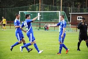 Andreas Jonasson och Andreas Clahr var snabbt framme för att gratulera glade målskytten Danne Scherdin som satte spiken till 2–0.