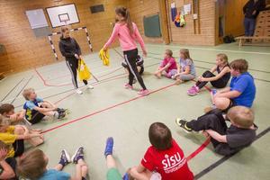 Julia Hansson och Milica Kostic lär ut grunderna i handboll.
