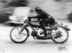 1950 var Felice Benasedo på sin Motoguzzi 500 cc en av deltagarna i TT-loppet.