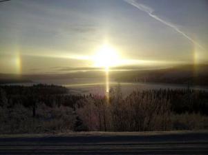 Solfenomen i Gäddede. I lördags när det var -25 grader kallt i Gäddede såg jag detta solfenomen! Det kallas för ett halofenomen som uppkommer när solljuset träffat iskristaller i moln eller dimma, berättar Bengt-Olof Lydén i Gäddede.