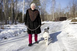 Promenad. Anita Lilja Stenholm flyttade till Ängelsberg 2007. Här trivs hon och tar gärna promenader i skogen eller till Snyten med hunden Cornelia.
