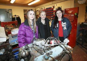 Systrarna Nygaard framför ett av många motorprojekt som blivit renoverade hemma i garaget i Trång.