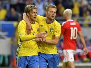 Sebastian Larsson kramar om Emil Forsberg efter 1-0 under söndagens fotbollslandskamp mellan Sverige och Wales på Friends Arena i Stockholm.