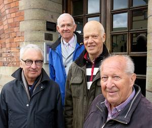 Dick Lundberg, Karl-Olof Elmsjö och Lars Olsson från Gävles radioamatörer. Längs bak Sven Bernholms barnbarn Stig. Kvartetten fick äran att skruva fast var sin skruv i minnesplattan som skymtar i bakgrunden. foto: jan sundström