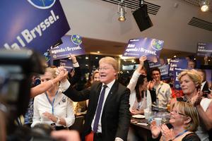 Kristdemokraternas kandidat Lars Adaktusson reagerar på prognos under Kristdemokraternas valvaka på Royal Viking Hotel i Stockholm på söndagen. Foto: Pontus Lundahl / TT