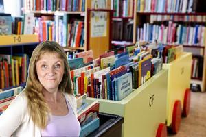Susanne Holmlund bland barnböcker.