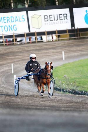 Månstoprs Opal och Linnea Ulfsgård grusade sina derbychanser med tre snabba galopper.
