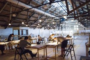 De flesta arkitektutbildningar lär inte ut det klassiska hantverket, därför är det många som söker sig till sommarskolan.