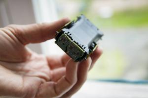Sensorerna som tillverkas i Delsbo känner av halten av koldioxid i luften.