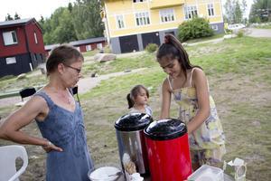 Tulin serverade kaffe till besökarna.