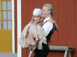 Precis som sagor ska, slutar den lyckligt. Den fattiga pigan och storbondens son får varandra. Jenny Engström och Erik Lund-Jonsson gör båda bra ifrån sig på scenen.