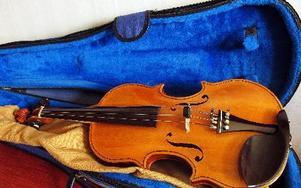En fiol består av materialen ebenholts, lönn och gran. Här syns ett av Yngves instrument. FOTO: LINNEA JOHANSSON