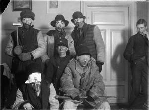 Fettisdagsgubbar från Alfta socken, i början av 1900-talet. På den tiden kunde vuxna gå fettisdagsgubbe, och man var snarare förklädd än utklädd.