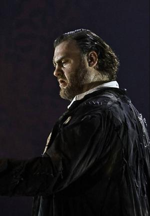 Bryn Terfel gör rollen som guden Wotan i Rhenguldet från Metropolitan.