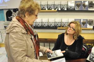 Britt Fohlin passade på att köpa ett signerat exemplar av Marit Manfredsdotters senaste bok.