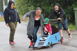 Marie Persson skrattade gott då  Madelene och Eddie Andersson försökte styra upp lådbilen när Meja skulle köra. Som tur var var det inte Meja, utan Eddie som rattade rallybil nummer fem i själva racet.