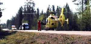 En räddningshelikopter från Norge finns också på olycksplatsen för att frakta med sig skadade.