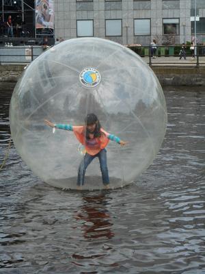 Flicka i en luftballong.