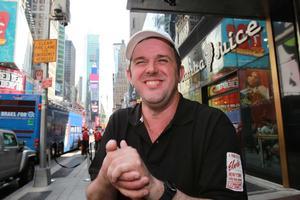 Glada Hudik-teaterns Toralf Nilsson har just klivit av bussen som tagit honom fran Newark till hotellet pa Manhattan.