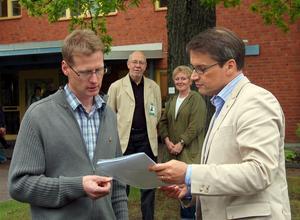 Namnlistor. Anders Bengtsson överlämnade Terese Jonssons namninsamling till socialminister Göran Hägglund. I bakgrunden ses Tore Hegle och Mona Westman, som tillsammans med bland andra Ulf Börjesson informerade om Gagnefsmodellen.