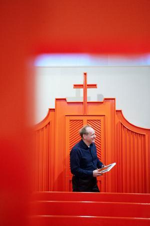 Johansson har skapat en komplett kyrkointeriör i en av utställningssalarna. En bild av hans och pappans renande besök efter att ha sett Zorns måleri.