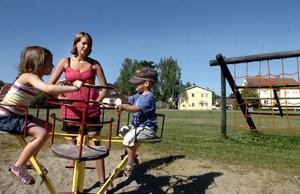 På väntelista. Karin, Ture och Hanna Lavestedt får vänta med att lekplatsen i Kvastaområdet i Fellingsbro får en upprustning.ARKIVBILD: MICHAEL LANDBERG
