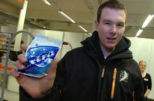 Andreas Wallgren blev den första kunden. Han köpte ett tuggummipaket och halstabletter.