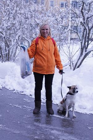 Lis Sernemar med Lillan, 7 år, plockar upp allt skräp som de hittar på sina dagliga promenader.