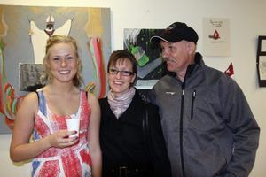 Utställare Sanna Holmström tillsammans med sin moster och morbror Ann-Sofie och Atso Siimes.