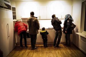 – Och här är diskmaskinen, hur använder man den? Så fort mannen från kommunens integrationsservice hade åkt började syskonen med hjälp av syriska vänner som redan flyttat att hitta rätt bland alla skåp och knappar.Foto: Susanne Kvarnlöf