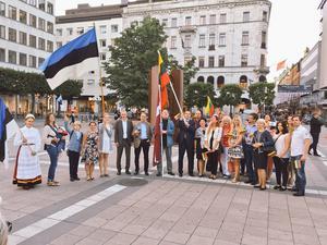 Några av deltagarna ställde upp för fotografering vid baltiska frihetsmonumentet Frihets källa, som restes till minne av  Måndagsmötena och kampen för Estland, Lettland och Litauen.