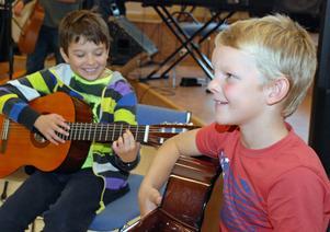 Den glada unga gitarrduon Robin Strandberg och Eskil Nääs.