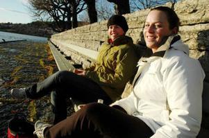 I lördags passade kompisarna Anna-Sara Ihlis och Malin Klang från Östersund på att äta sin lunch i solskenet i Badhusparken. När kommunen ska planera upprustningen av parken tycker de båda vännerna att öppna ytor ska vara nyckelordet.– Jag tycker att det ska vara en mer parklik känsla här. Mer gräs och mindre grus tror jag på, säger Anna-Sara.Kommunens idé om att göra parken mer trygg går också hem hos Anna-Sara och Malin.– Att lysa upp lite här blir säkert ett lyft, säger de.Foto: Sandra Högman