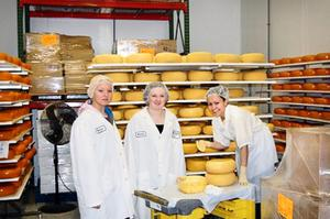 Ost i mängder. En arbetsdag hade Alice Ylitalo och Emelie Mill i farmens ostfabrik.