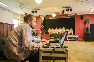Tobias Myhr fixar ljud och musik. På scenen dansande höns.