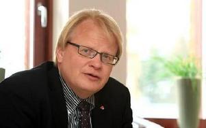 Peter Hultqvist tycker att det gått för långt när statliga arbetsförmedlingen ber kommunen om hjälp med finansieringen. FOTO: JOHNNY FREDBORG