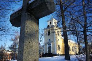 För att inte fler besökare än tillåtet ska ta sig in i kyrkan låser vaktmästaren portarna när det är fullsatt. Foto: Håkan Luthman