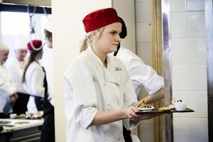 Maten bärs fram till domarna. I är deltog elever från restaurangskolor i Gävle, Sandviken, Bollnäs, Ljusdal och Hudiksvall.