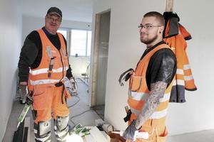 Berndt Mittjas och Jens Källström har varit med ända från byggstarten den 16 september. Man började i källarvåningen och med att få taket tätt.