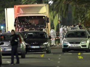 Rättsmedicinare och kriminaltekniker vid lastbilen som användes för döda minst 84 personer.