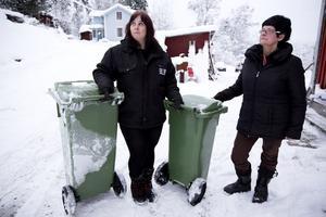 Annica Jonsson (till vänster) Marianne Karlstedt tycker att det är oklara reglerna om hur insamlingen av sopor och matavfall ska fungera.