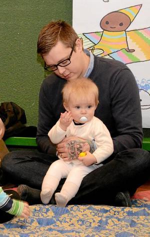 Mysigt. Jesper Persson med Tuva Leijon, 9,5 månad.