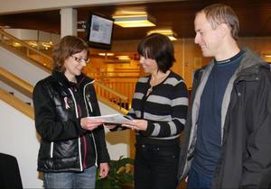 Maria Bengtsson och Tomas Vedin lämnade över  två medborgarförslag till förvaltningschefen Gunnel Weinz.