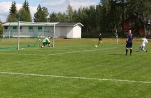 Dennis Persson sätter 1-0 med en välplacerad straff. Mattis Westerström chansar åt rätt håll men når inte bollen.