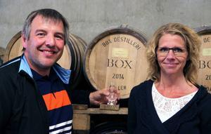 Janne och Greta Sandström visade glatt upp sitt fat som fanns att se inne i ett av lagerhusen.